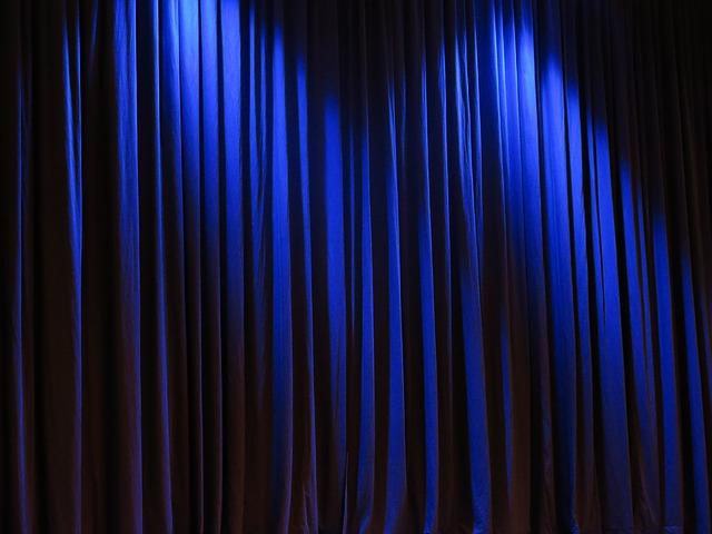 curtain-263731_640